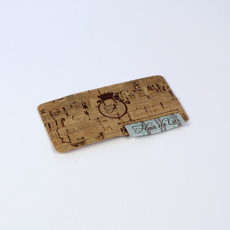 Brintel etiqueta corcho con etiqueta bordada cosida estampada en serigrafia y offset diseño - diseño gráfico - artes gráficas - imprenta - etiquetas - bolsas - packaging - display - imagen - plv